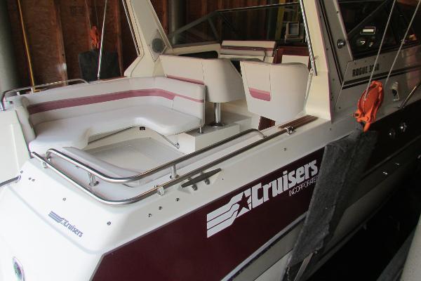 Cruisers Yachts 3060 Rogue