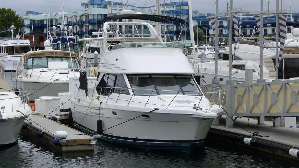 Bayliner 4087 Aft Cabin Motoryacht In the slip