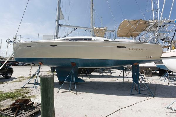 Beneteau Oceanis 40 Port Side