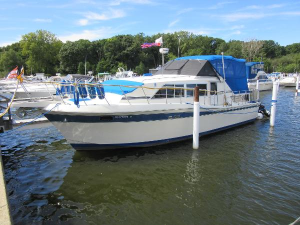 Chris-Craft Catalina 381 DOCKSIDE PROFILE