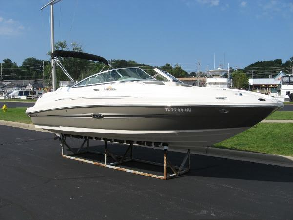Sea Ray 220 Sundeck ON SHORE