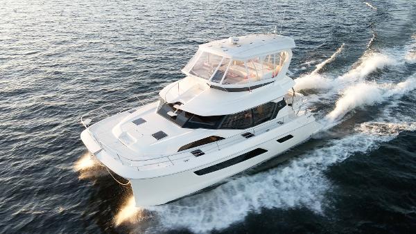 Aquila 44 Yacht Cruising at 24 Knots!