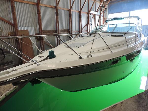 Maxum 3200 SRC Portside in boathouse
