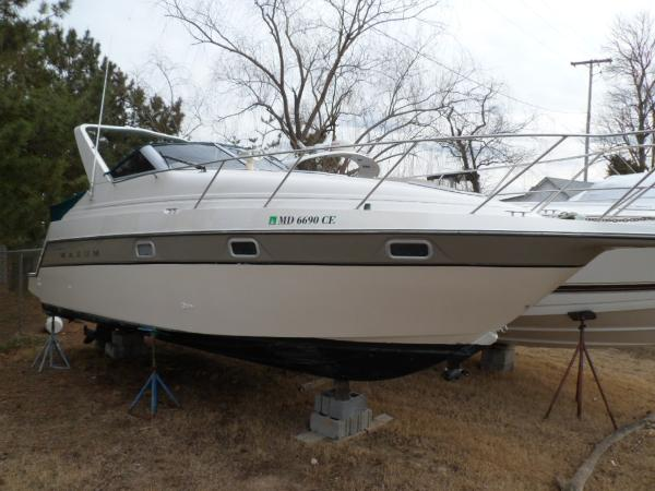 Maxum 2700 SCR Starboard Bow