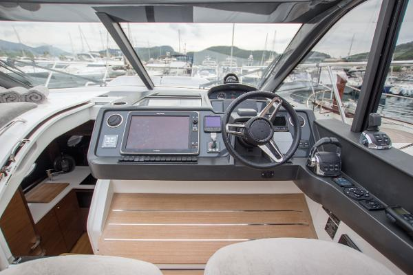 Princess V48 Open - Helm