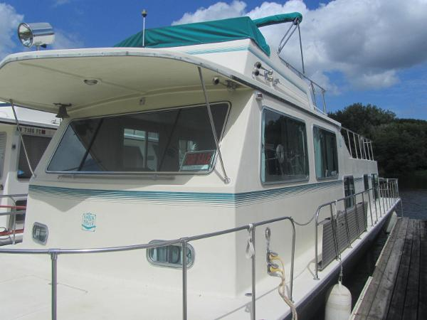 Harbor Master Flybridge houseboat