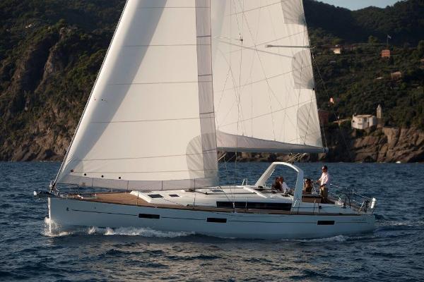 Beneteau Oceanis 45 Sailing