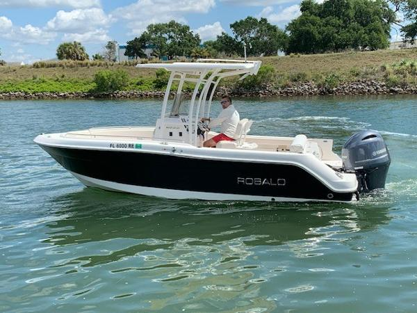 Robalo R 222 CC Port Side Profile