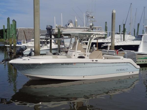 Robalo 242 Center Console Exterior profile 1