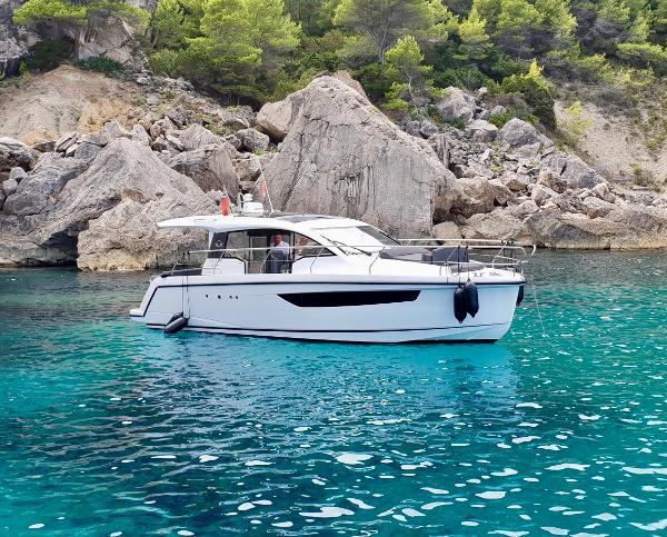Sealine C330 Sealine C330 at anchor