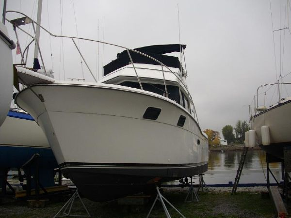 Carver 3227 Convertible Hull 1
