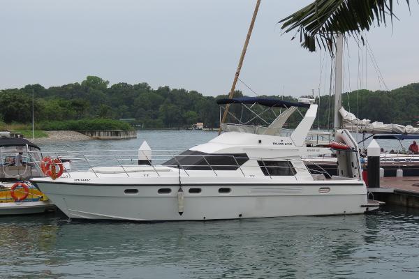 Custom-Craft Kaohsuing Flybridge Cruiser