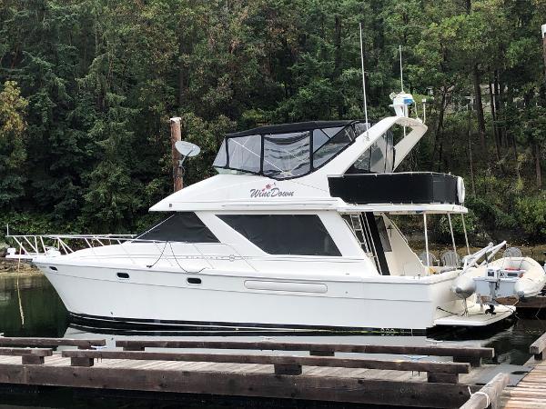Bayliner 3988 Command Bridge Motoryacht At the dock