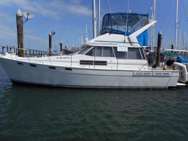 Bayliner 3870 Motoryacht Port side view