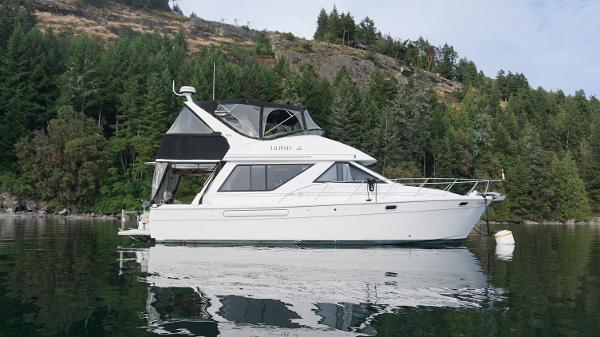 Bayliner 3988 Command Bridge Motoryacht Lilipad