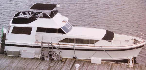 Chris-Craft 55 Commander Flushdeck Motoryacht At The Dock