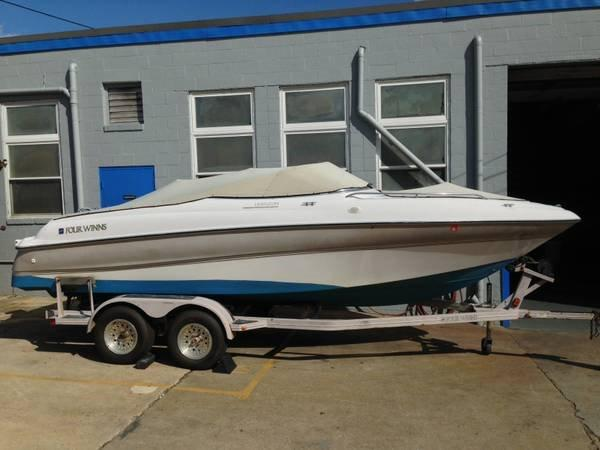 Four Winns 200 Horizon Starboard view with trailer