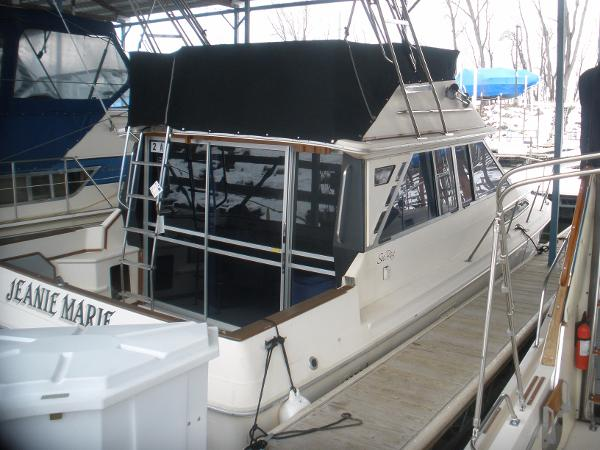 Sea Ray 340 Sedan Bridge In the slip
