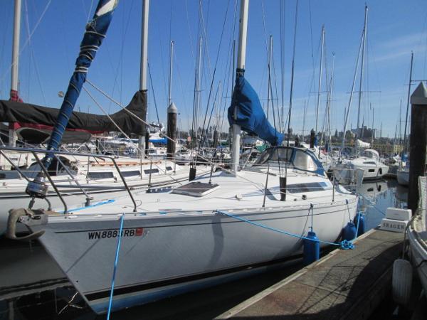 Beneteau First 32.5 Port side