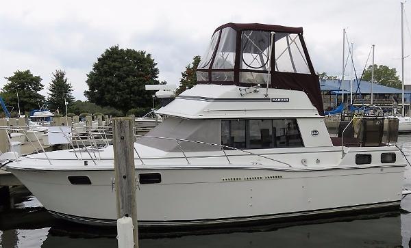 Carver 3207 AFT CABIN MOTOR YACHT Dockside