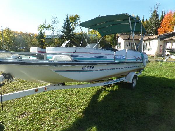 Lowe 22 Deck Boat