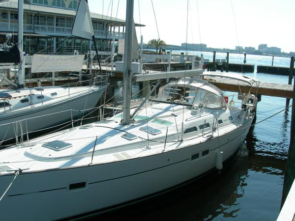 Beneteau 423 Port bow view