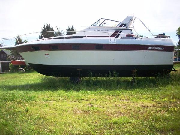 Cruisers Ultra Vee 336 Port Side