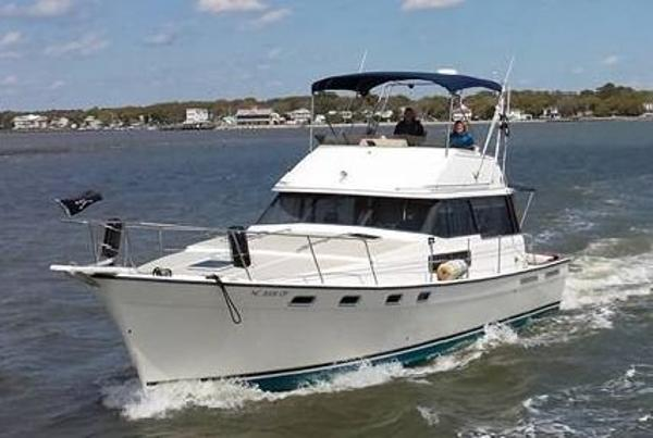 Bayliner 3870 Motoryacht Vespers cruising the waterway