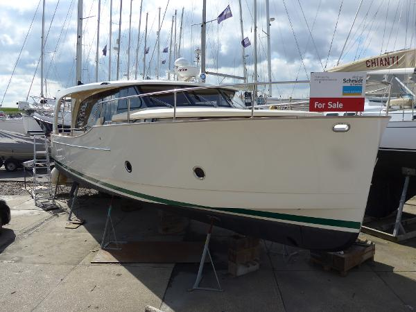 Greenline 40 GL 40, purposeful bow, ideal for cutting through the sea.