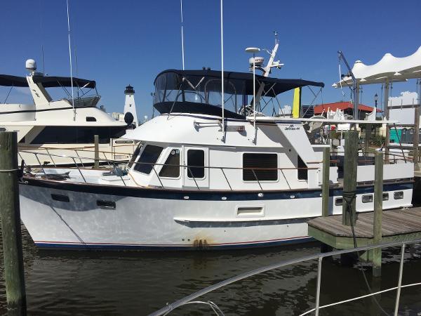 De Fever Offshore Cruiser At Dock
