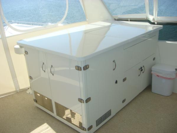 70' Hatteras Motoryacht flybridge bar closed