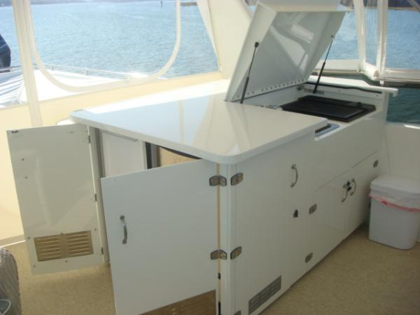 70' Hatteras Motoryacht flybridge bar open