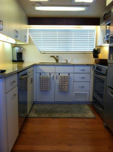 70' Hatteras Motoryacht galley1
