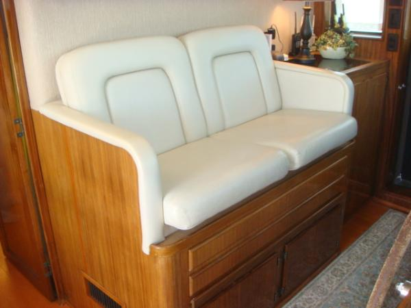 70' Hatteras Motoryacht pilothouse seating