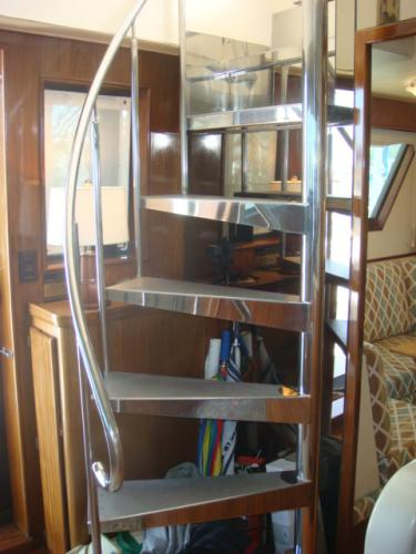 70' Hatteras Motoryacht pilothouse-flybridge stairs