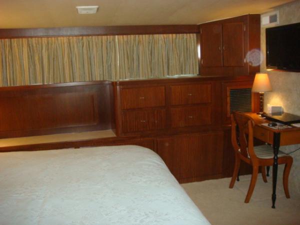 70' Hatteras Motoryacht master stateroom port