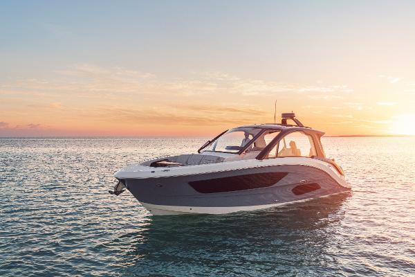 Sea Ray 370 Outboard 01_2021-Sundancer-370-Outboard-DAO370-lifestyle-port-bow