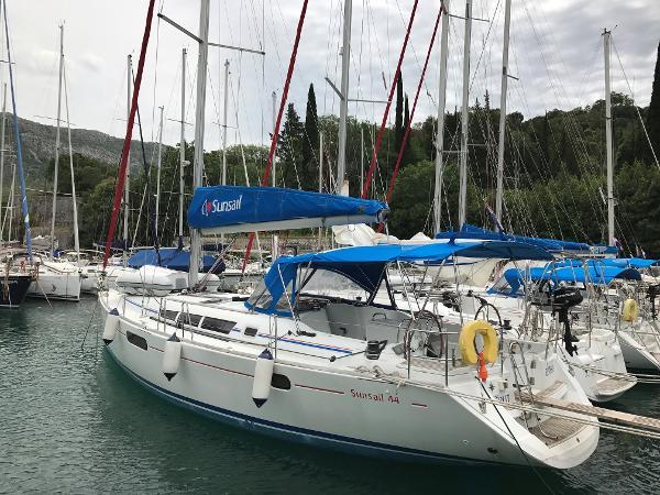 Jeanneau Sun Odyssey 44i Port side