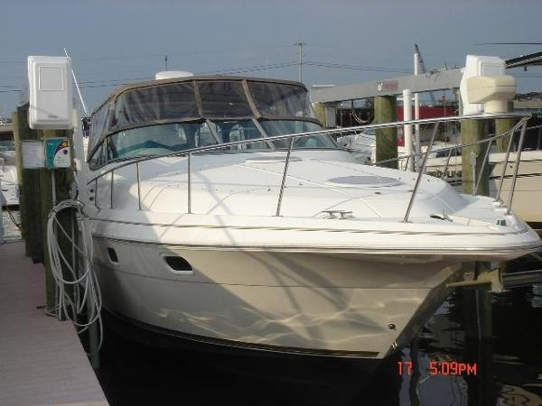 Cruisers 3375 Esprit full view / bow