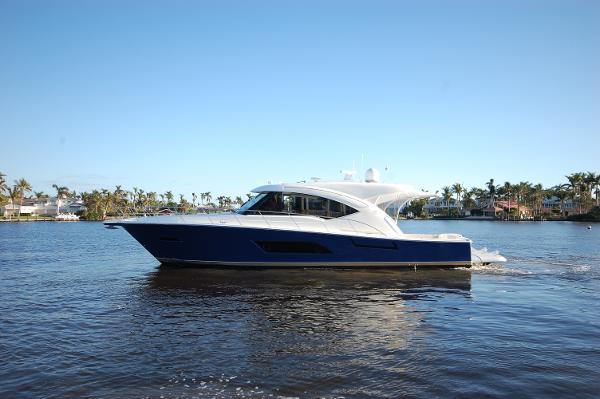 Riviera 565 SUV profile