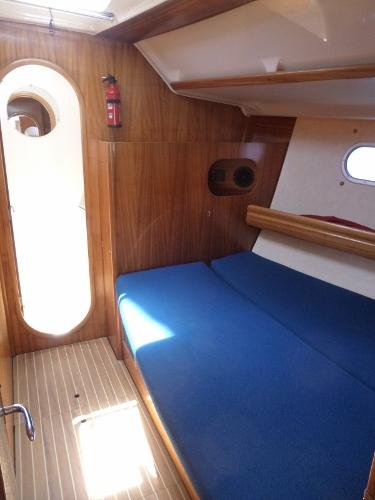 Starboard forward cabin & head