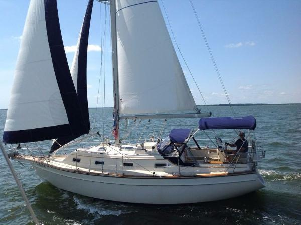 Island Packet 320 Under sail
