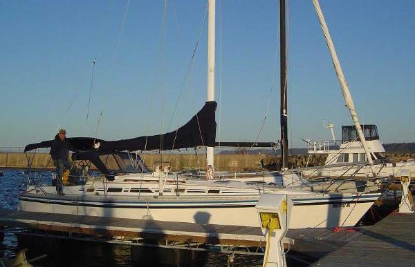 Hunter 34 Starboard side and the dock