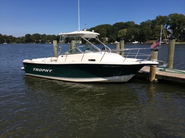 Trophy 2352 Walkaround Starboard Bow