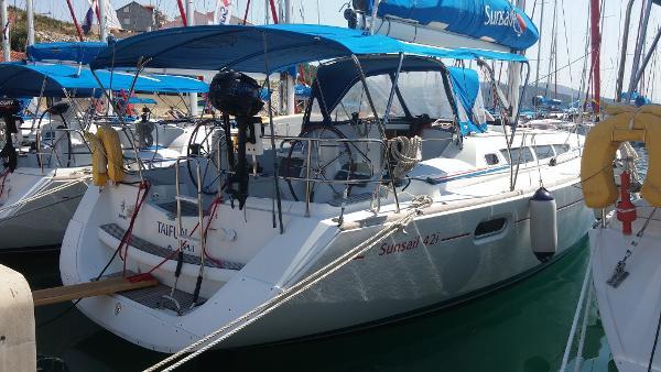 Jeanneau Sun Odyssey 42i at dock
