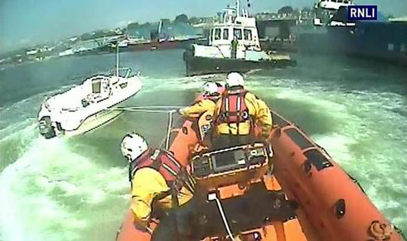 kill cord warning - RNLI lassoes boat in Teignmouth