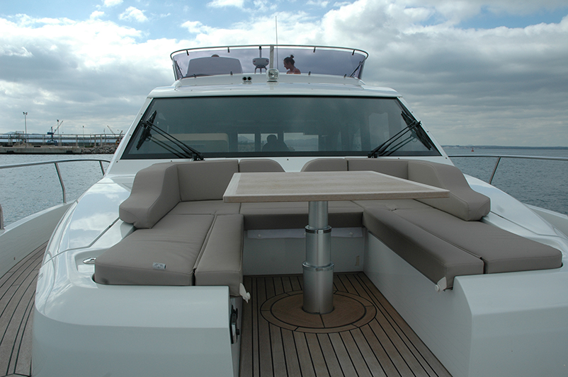 Sealine F530: bow sun lounge area