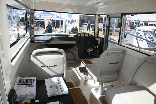 Quicksilver Captur Pilothouse 755 interior