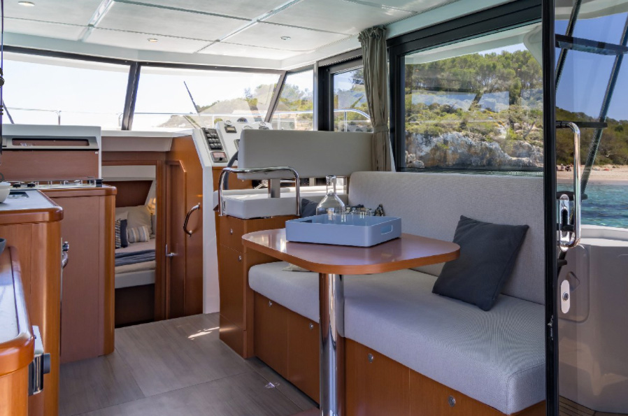 Beneteau Swift Trawler 30 saloon