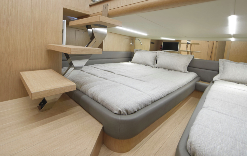 Chris-Craft Commander 42 guest cabin